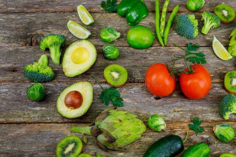 Smoothie et ingrédients verts - avocat, pomme, concombre, kiwi, citron, aneth, céleri, brocoli, panneau en bois, image stock