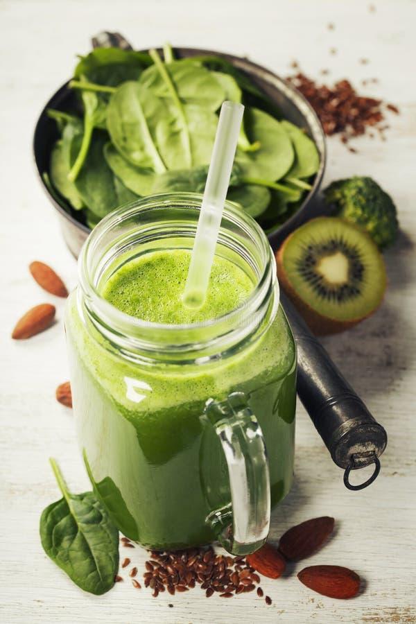 Smoothie et ingrédients verts sains photographie stock