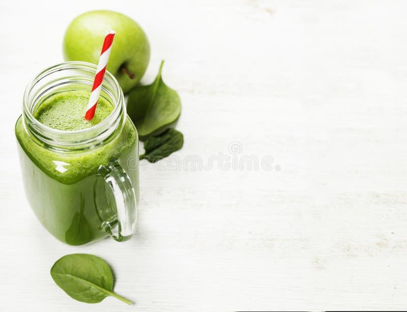 Smoothie et ingrédients verts sains image libre de droits