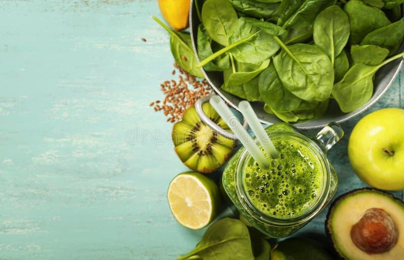 Smoothie et ingrédients verts sains sur le fond bleu photographie stock