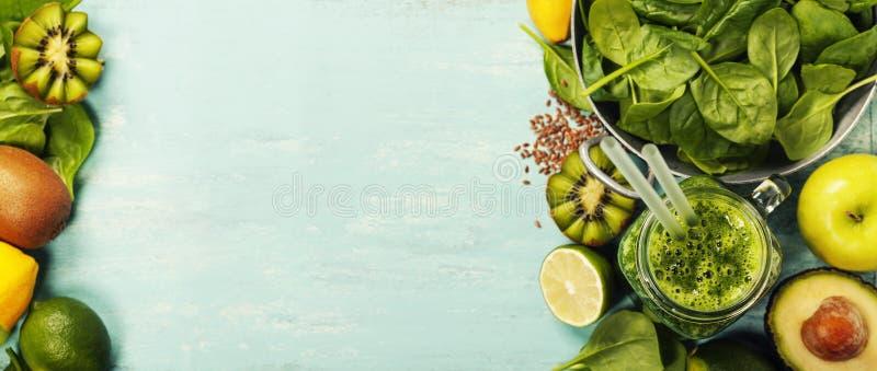 Smoothie et ingrédients verts sains sur le fond bleu photos libres de droits