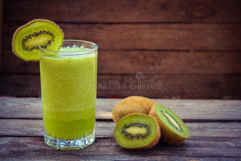 Smoothie et kiwi verts frais Image modifiée la tonalité image libre de droits