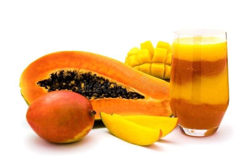 Smoothie för mangoPapayafrukt som isoleras på vit royaltyfria foton