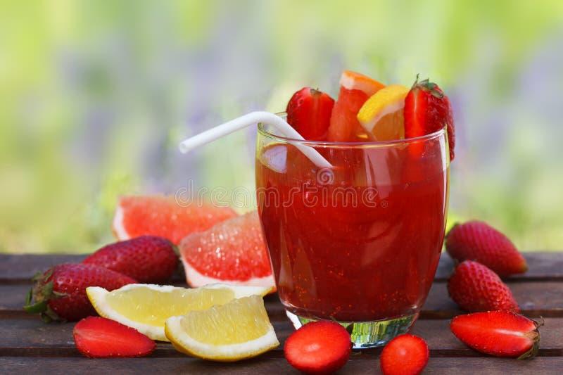 Smoothie frais de fraise d'été et baies et agrumes mûrs images libres de droits