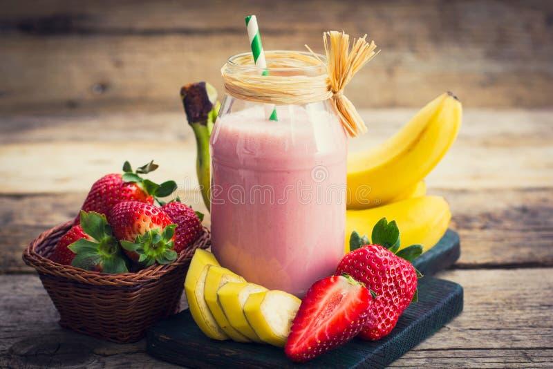 Smoothie frais de fraise et de banane photo stock
