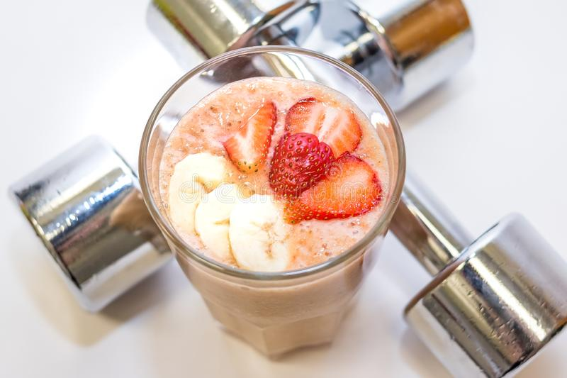 Smoothie frais de jus de couleur, melon Kiwi Strawberry Banana Peaches Grapes de mangue de fruits tropicaux en verre sur le blanc photos libres de droits