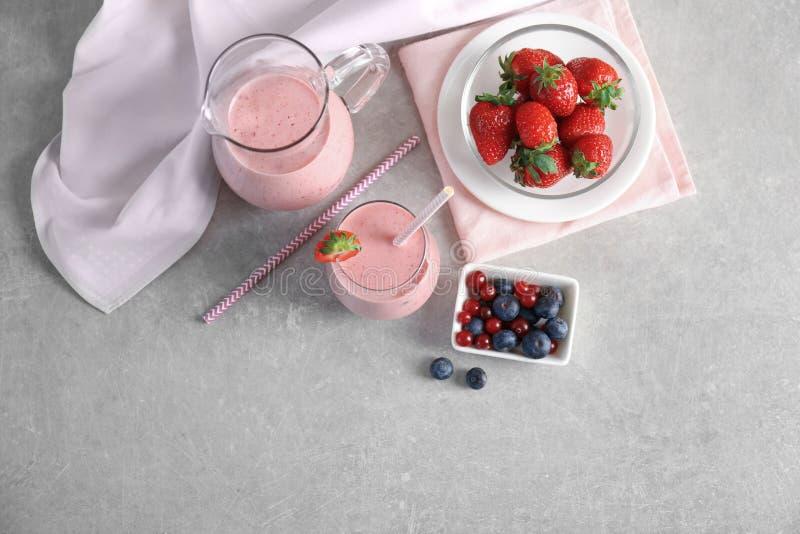 Smoothie frais de yaourt avec la fraise et les baies photo libre de droits