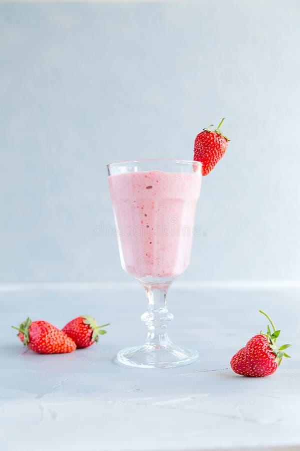 Smoothie frais et froid de fraise en verres et pailles image stock
