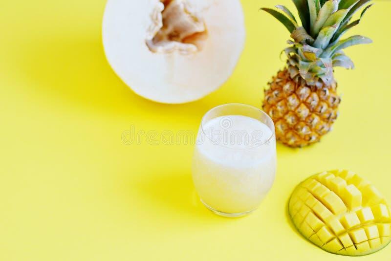 Smoothie frais froid d'ananas de mangue de melon en verre, boisson de boissons d'été, concept sain de nourriture, fraîcheur, frui image stock