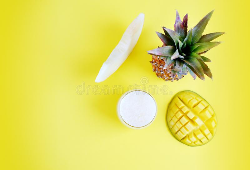 Smoothie frais froid d'ananas de mangue de melon en verre, boisson de boissons d'été, concept sain de nourriture, fraîcheur, frui photo stock