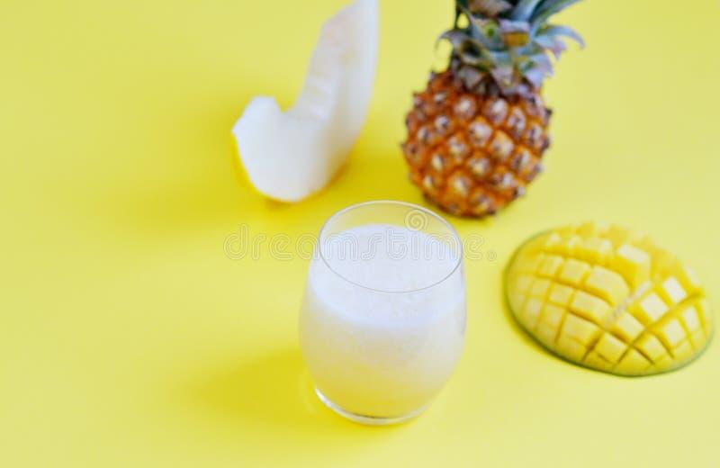 Smoothie frais froid d'ananas de mangue de melon en verre, boisson de boissons d'été, concept sain de nourriture, fraîcheur, frui photographie stock libre de droits