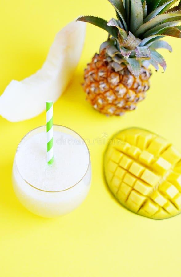 Smoothie frais froid d'ananas de mangue de melon en verre, boisson de boissons d'été, concept sain de nourriture, fraîcheur, frui images stock