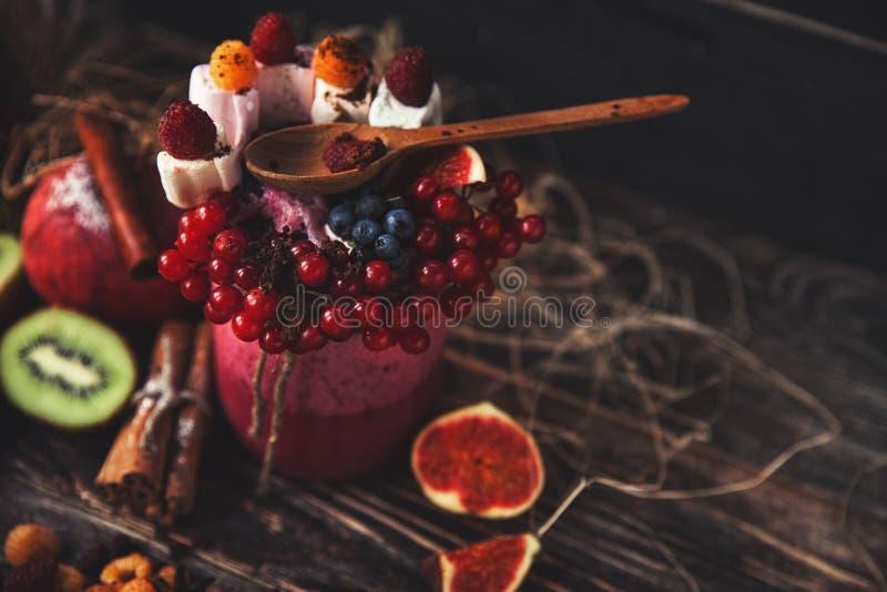 Smoothie frais sur la table en bois dans le verre photo stock