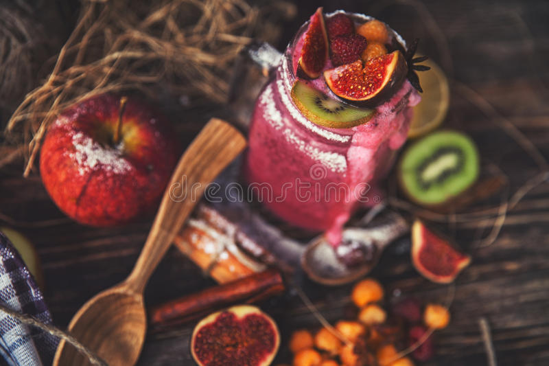 Smoothie frais sur la table en bois dans le verre photo libre de droits