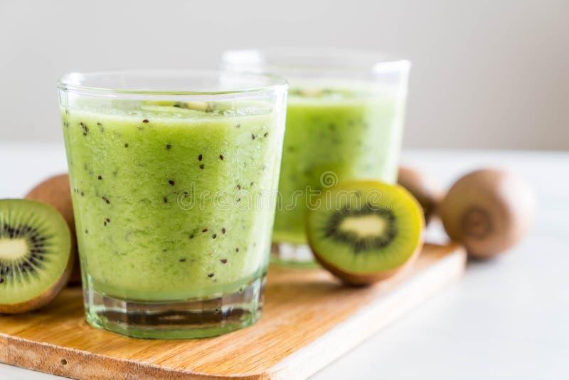 Smoothie fresco sano del kiwi en vidrio fotos de archivo libres de regalías