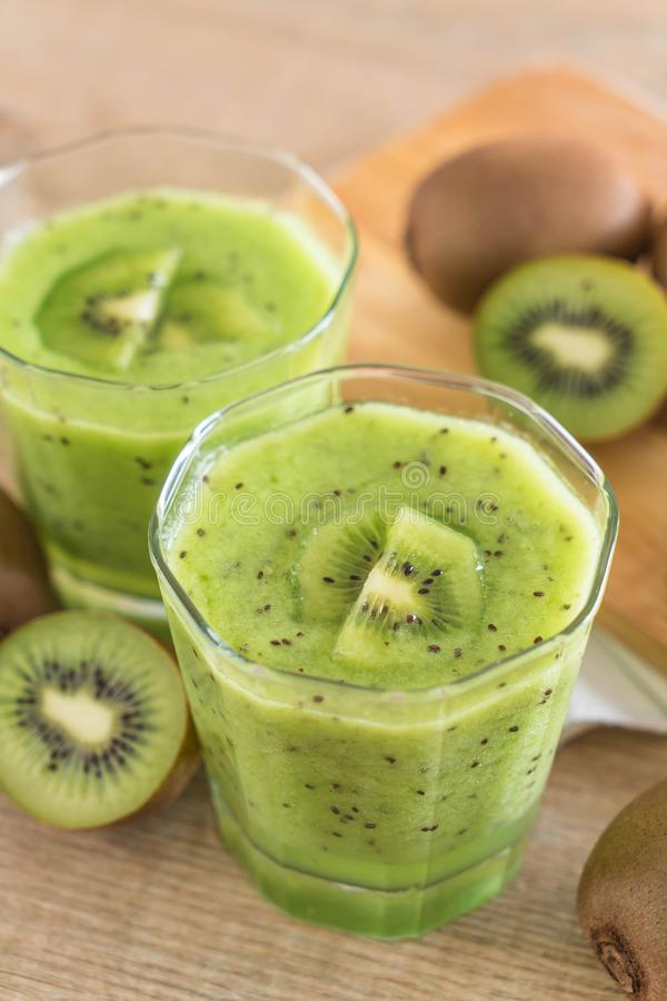 Smoothie fresco sano del kiwi en vidrio fotografía de archivo libre de regalías