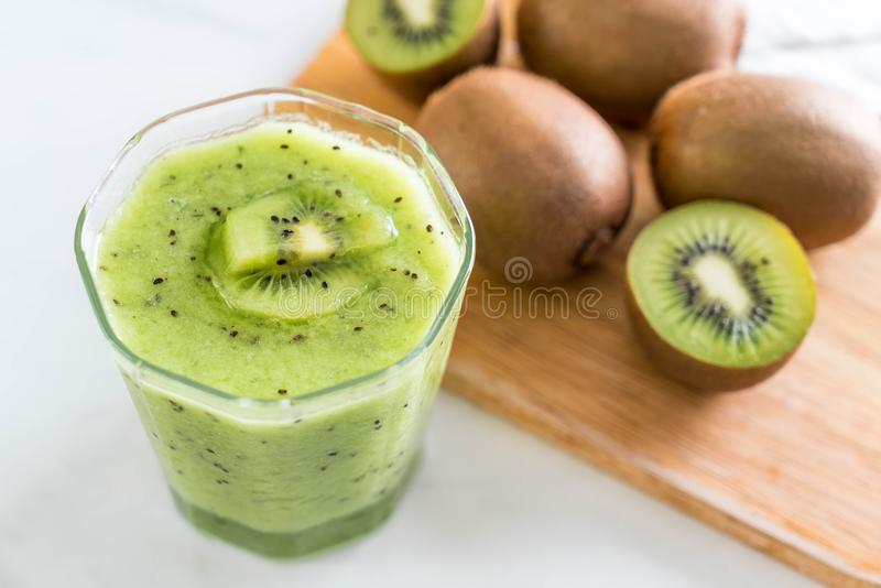 Smoothie fresco sano del kiwi en vidrio fotografía de archivo