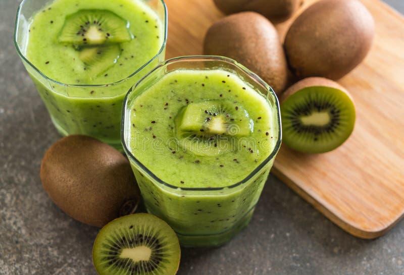 Smoothie fresco sano del kiwi en vidrio imagen de archivo