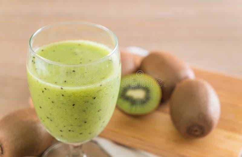 Smoothie fresco sano del kiwi en vidrio imágenes de archivo libres de regalías