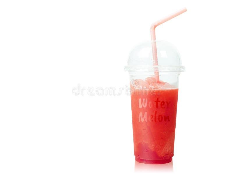 Smoothie froid de pastèque dans la tasse en plastique avec des pailles d'isolement sur le fond blanc l'eau orange d'?t? de glace  photo libre de droits