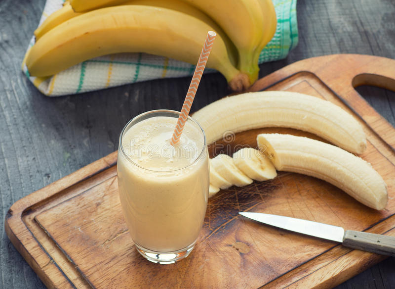 Smoothie hecho fresco del plátano imagen de archivo libre de regalías