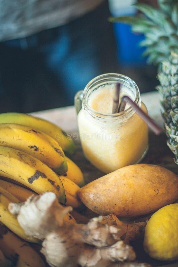 Smoothie jaune organique frais photo libre de droits