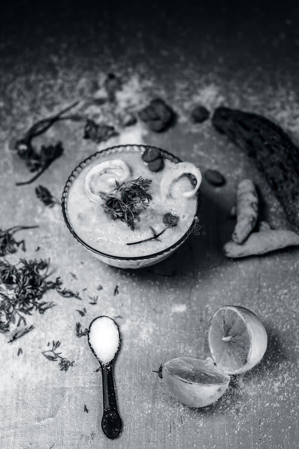 Smoothie maakte van BITTERE POMPOEN of BITTERE MELOEN met alle ingredi?nten met inbegrip van zijn zaden op een zilveren houten op royalty-vrije stock afbeelding