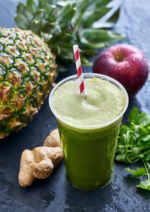 Smoothie Matcha för grönt te med ingefäran och ananas arkivfoto
