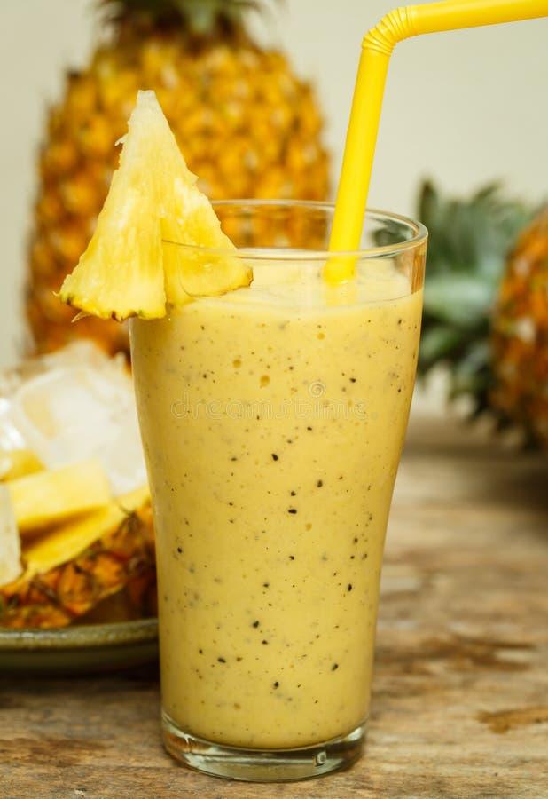 Smoothie med ananas i exponeringsglas arkivbild
