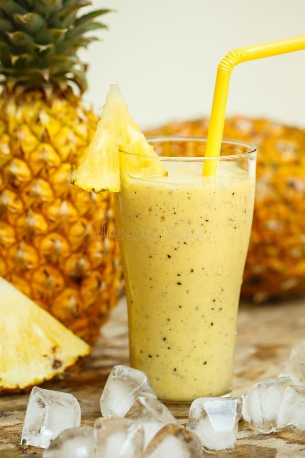 Smoothie med ananas i exponeringsglas royaltyfri bild