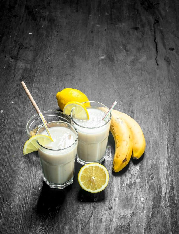 Smoothie med bananen, citron och att mjölka royaltyfri foto