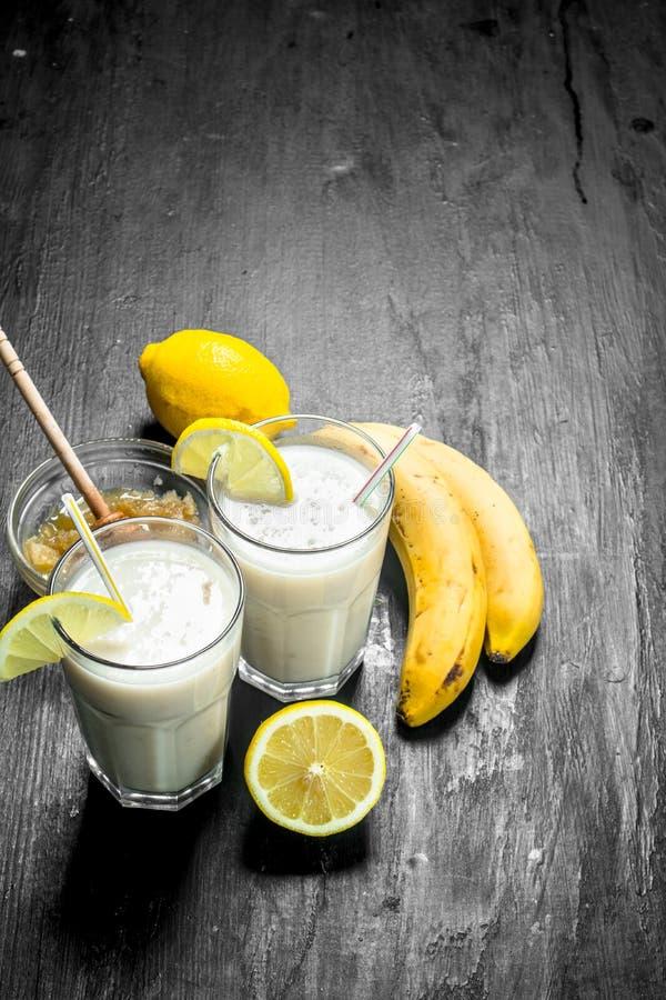 Smoothie med bananen, citron och att mjölka arkivbilder