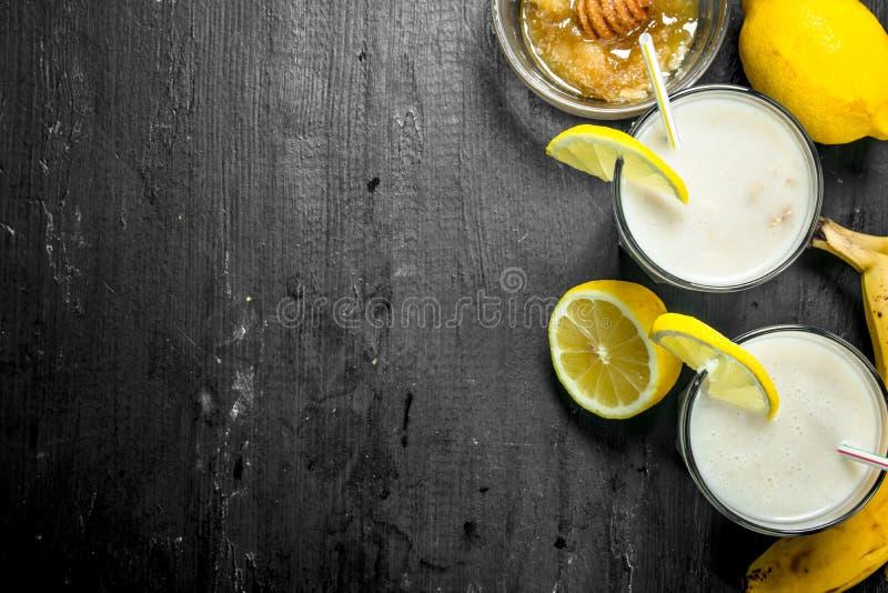 Smoothie med bananen, citron och att mjölka arkivfoton