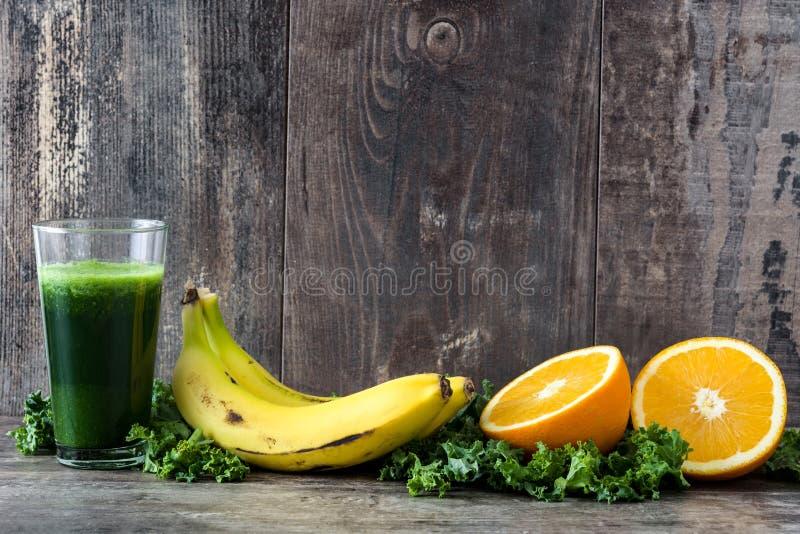 Smoothie med grönkål, bananen och apelsinen arkivbild