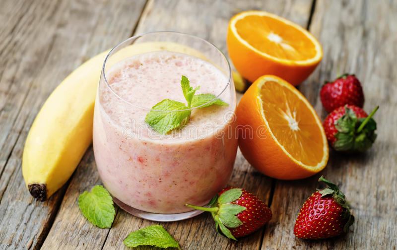 Smoothie met aardbeien, banaan en sinaasappel royalty-vrije stock foto