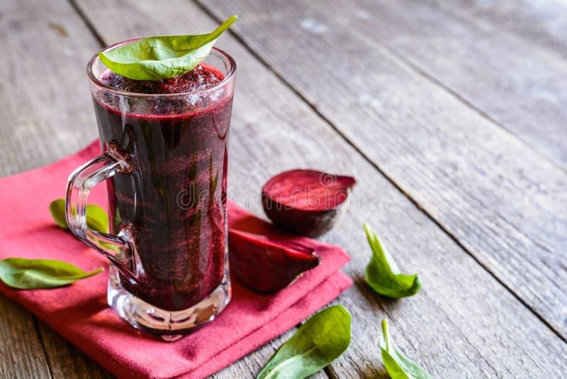 Smoothie met bieten, spinazie en citroen stock foto's