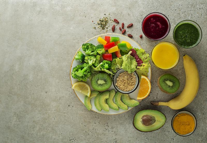 Smoothie mit Obst- und Gemüsezutaten stockbilder