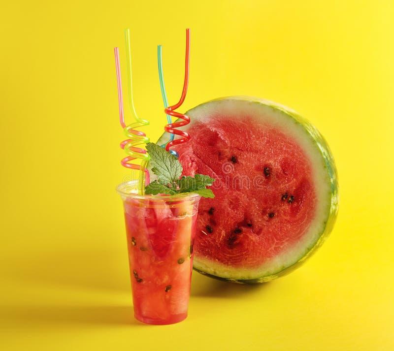 smoothie od dojrzałego czerwonego arbuza w plastikowej filiżance, udział kolorowe tubki obrazy royalty free
