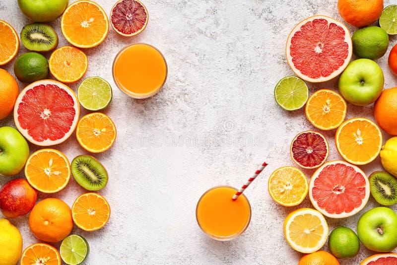 Smoothie oder frisches Saftvitamin in der Zitrusfruchthintergrund-Ebenenlage, helthy natürliches Getränk lizenzfreie stockfotografie