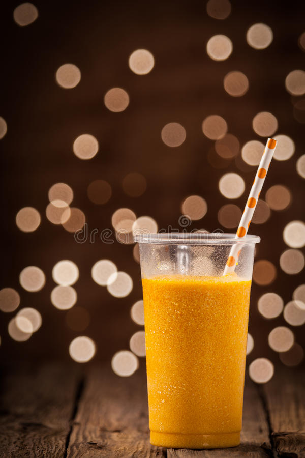 Smoothie orange tropical effrayant de mangue photo libre de droits