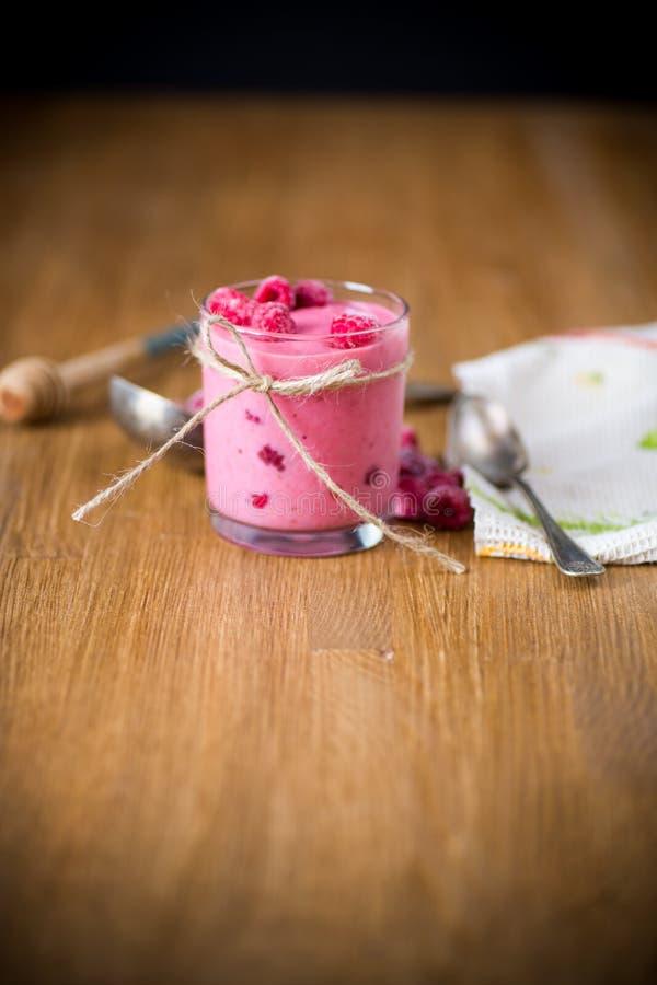 Smoothie orgánico dulce con la frambuesa en de madera imagen de archivo