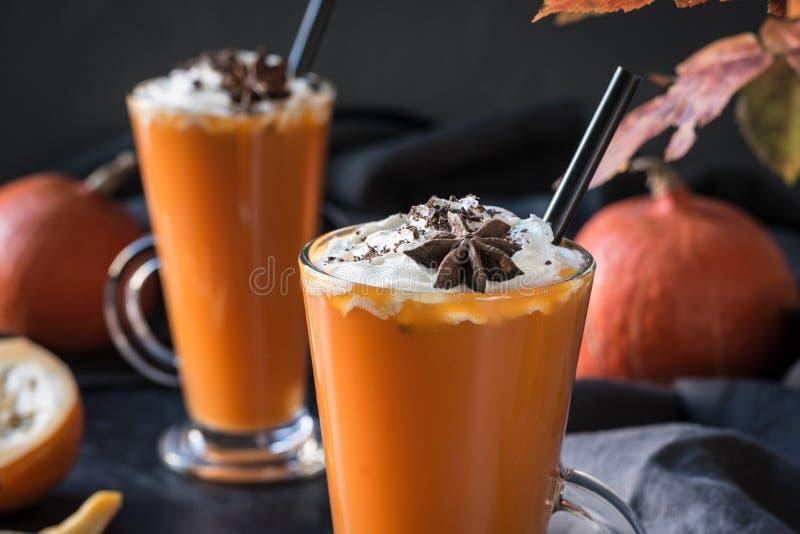 Smoothie ou jus frais de potiron sur l'obscurité Boisson chaude d'automne, de chute ou d'hiver Boisson saine confortable image libre de droits