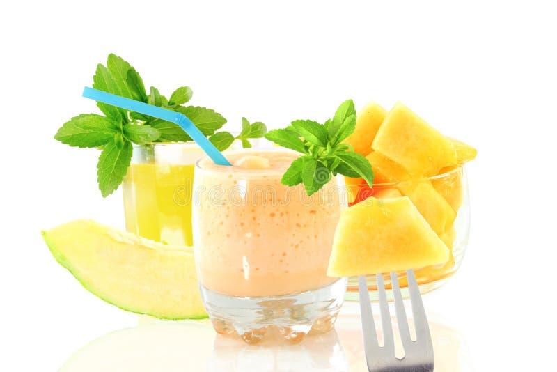 Smoothie ou milkshake de melon de cantaloup avec le fruit et le stevia image stock