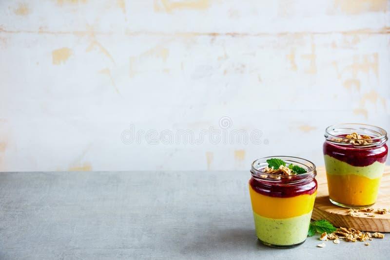 Smoothie posé par fruit photos stock