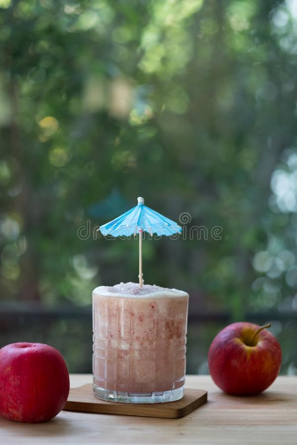 Smoothie rouge de pomme Concept sain de style de vie photo stock