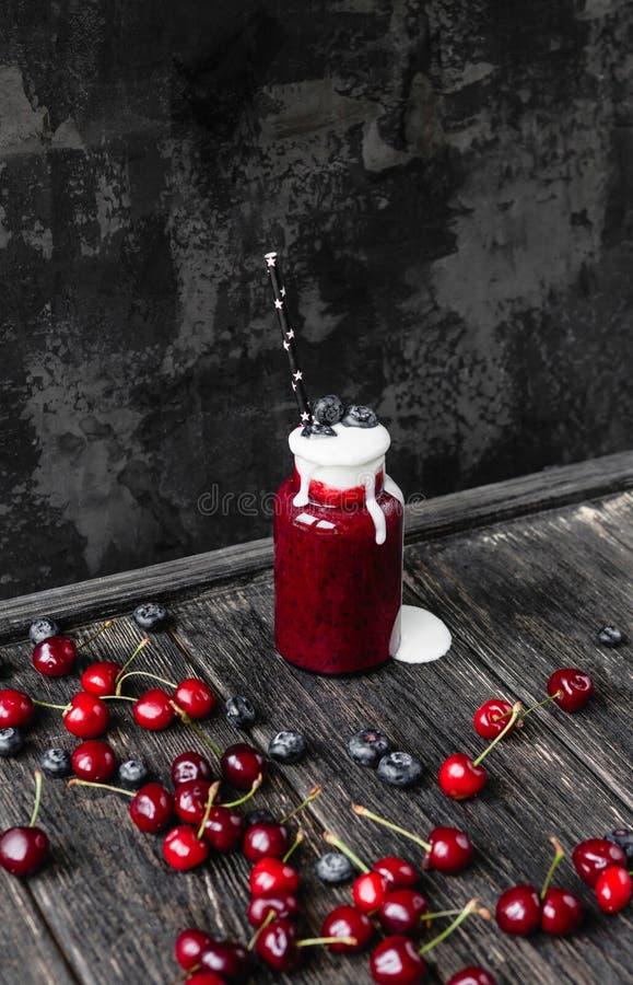Smoothie sain frais avec de la crème sur la table rustique image stock
