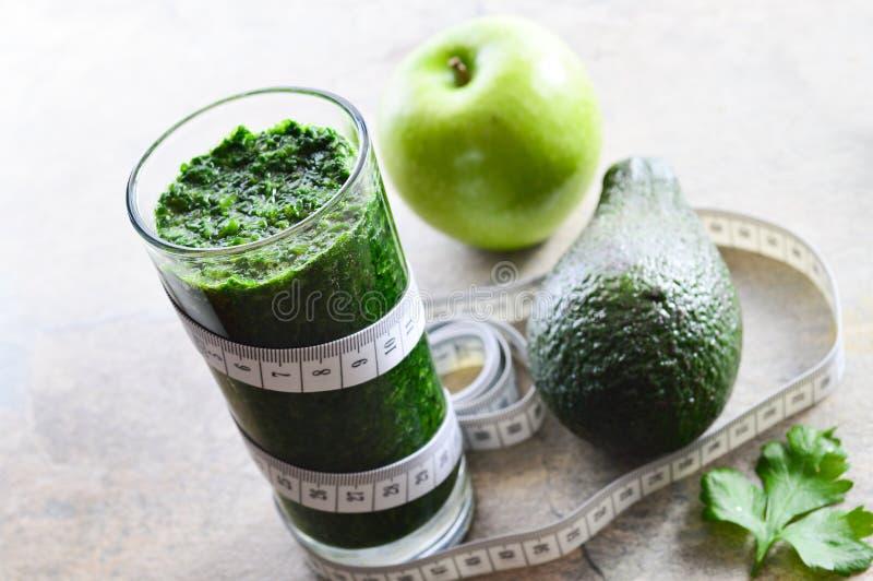 Smoothie sano Avocado, prezzemolo, mela, spinaci fotografia stock