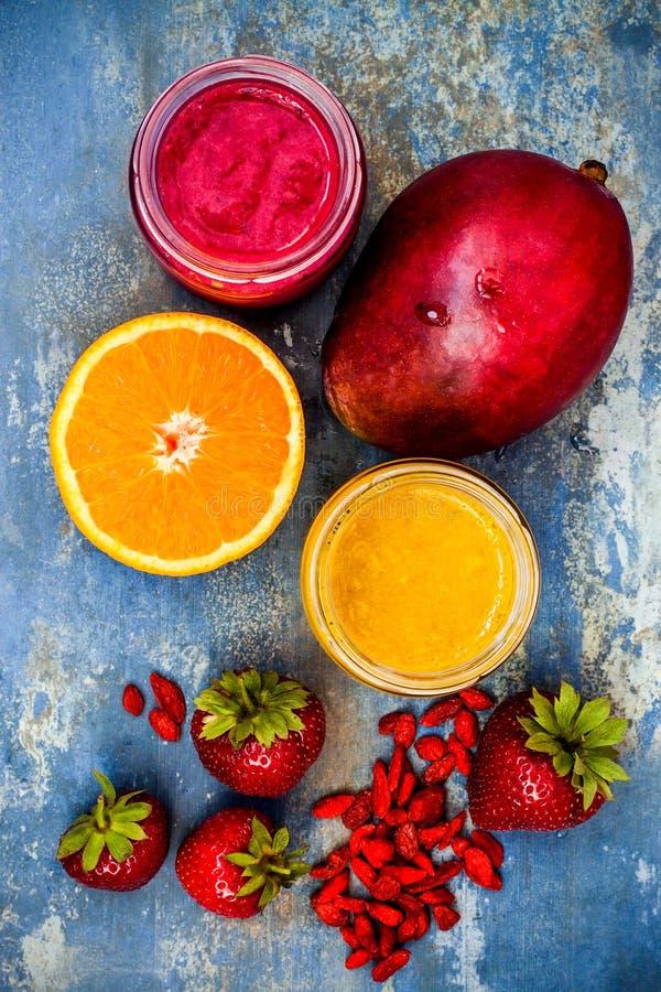 Smoothie sano de la fruta del desayuno con los superfoods Smoothie de la baya del goji del mango con las semillas del chia fotos de archivo libres de regalías