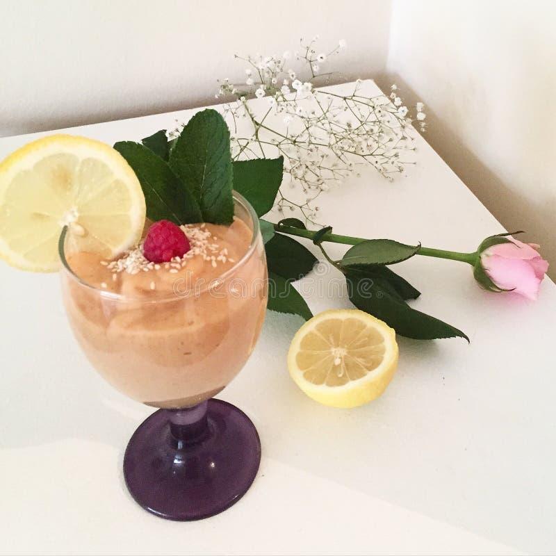 Smoothie sano de la rosa del limón de la flor de las frutas de los smoothies de la comida fresco imagenes de archivo