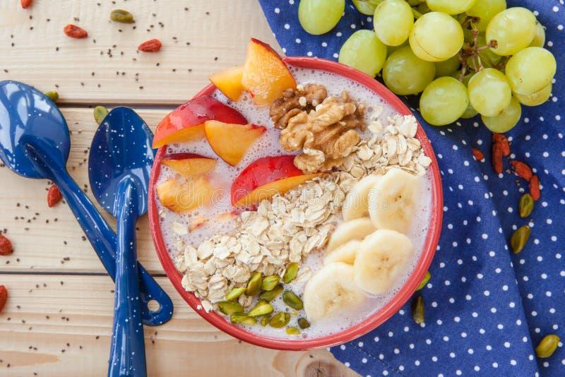 Smoothie-Schüssel mit frischen Früchten stockfoto